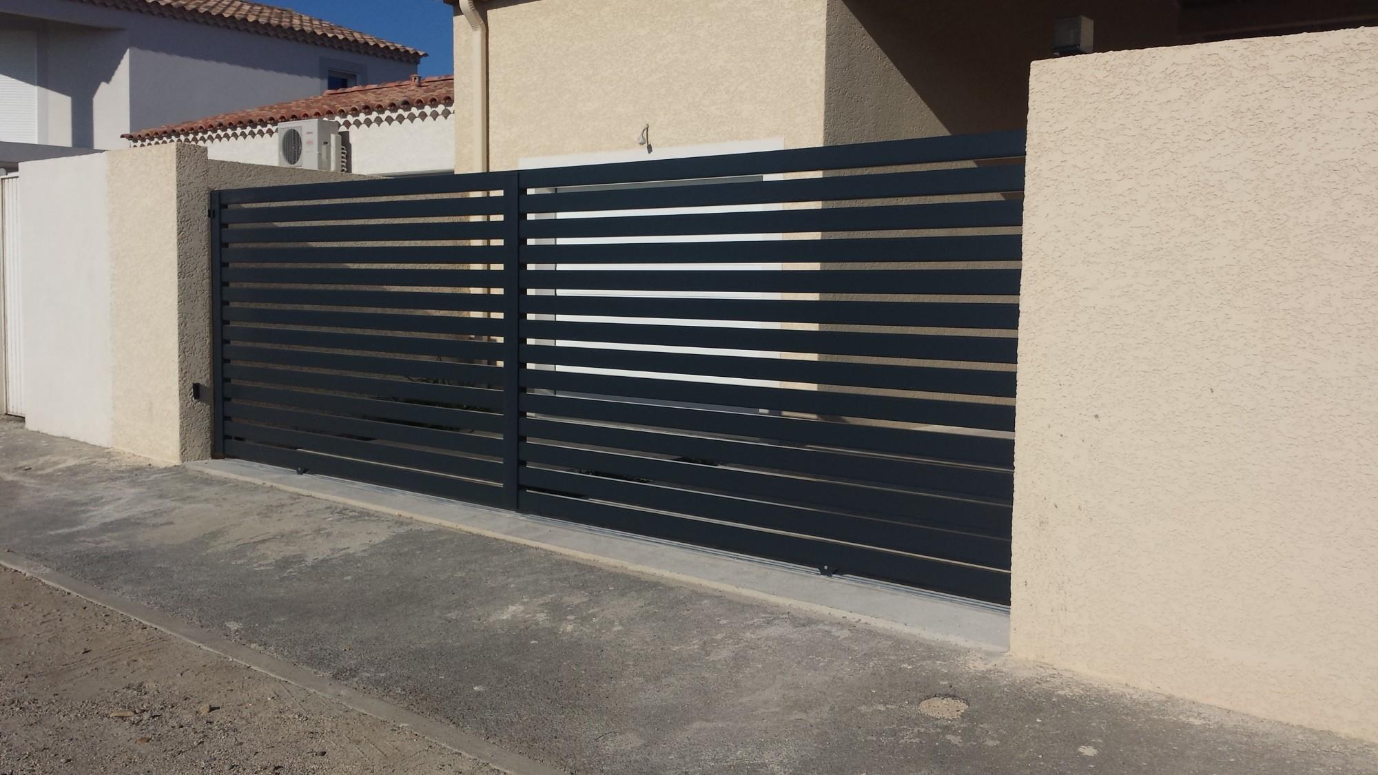 Portail coulissant en aluminium ajour install saint for Portail coulissant portillon