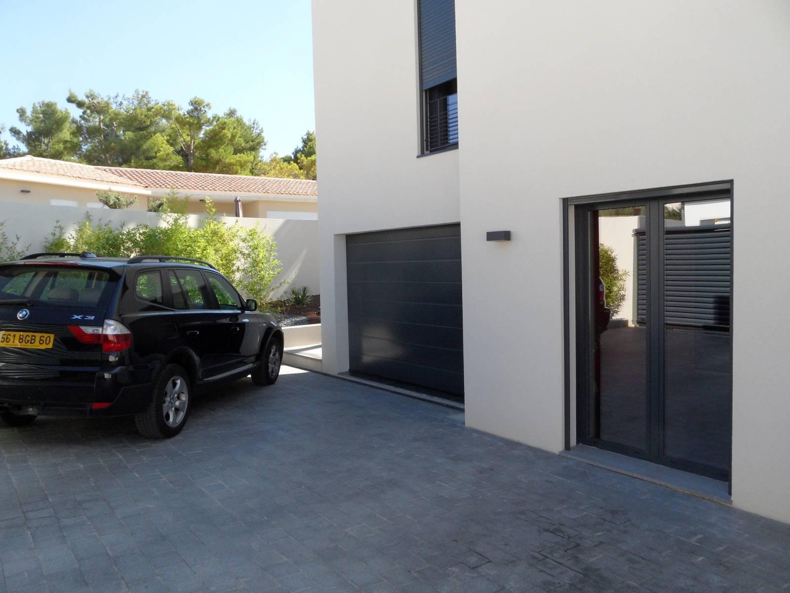 porte de garage enroulable motoris e sur mesure install e. Black Bedroom Furniture Sets. Home Design Ideas