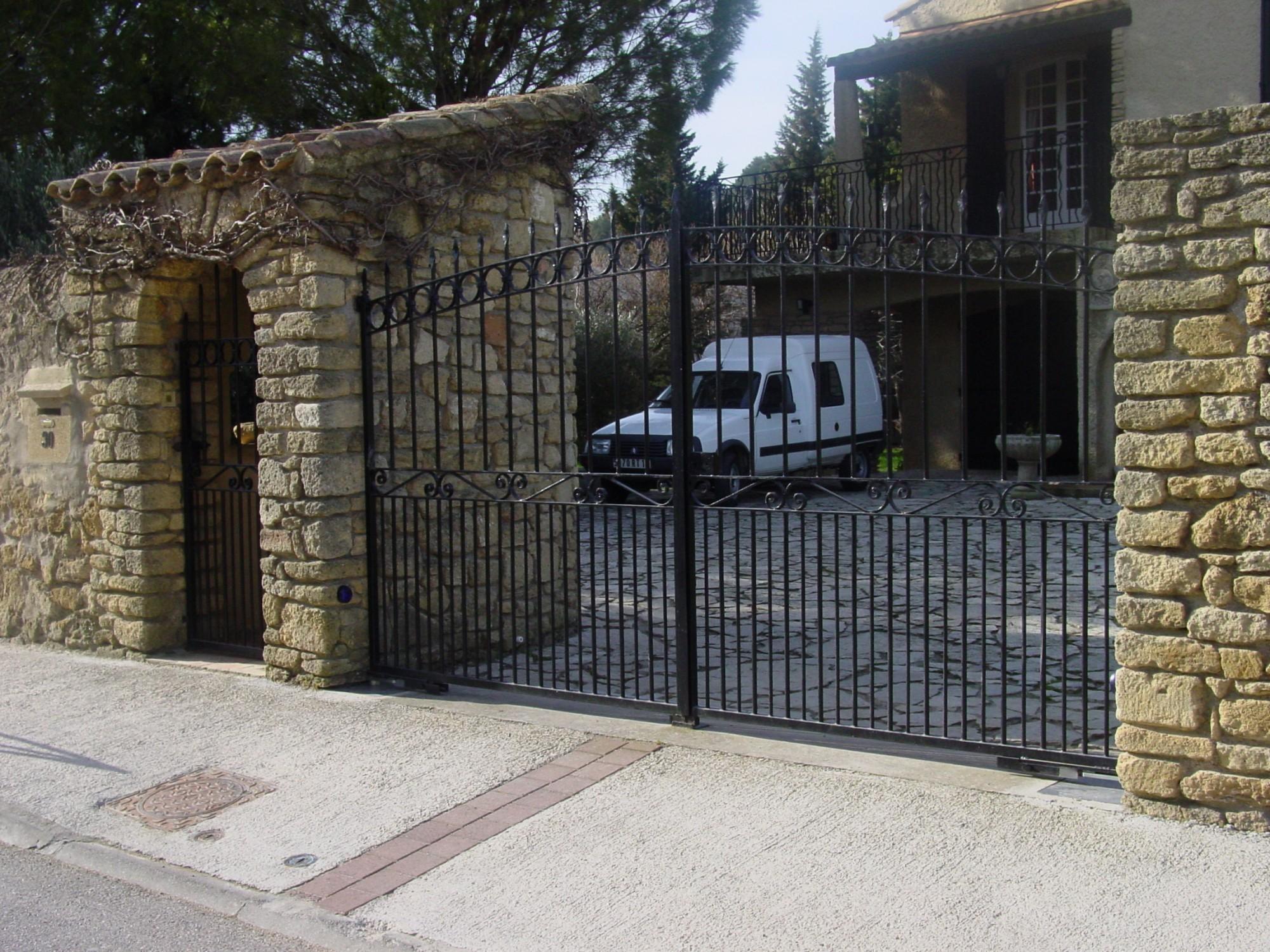 Pose portail motorisé en PVC avec contrat de dépannage Salon De Provence  AP -> Pose Télé En Fer Forgé